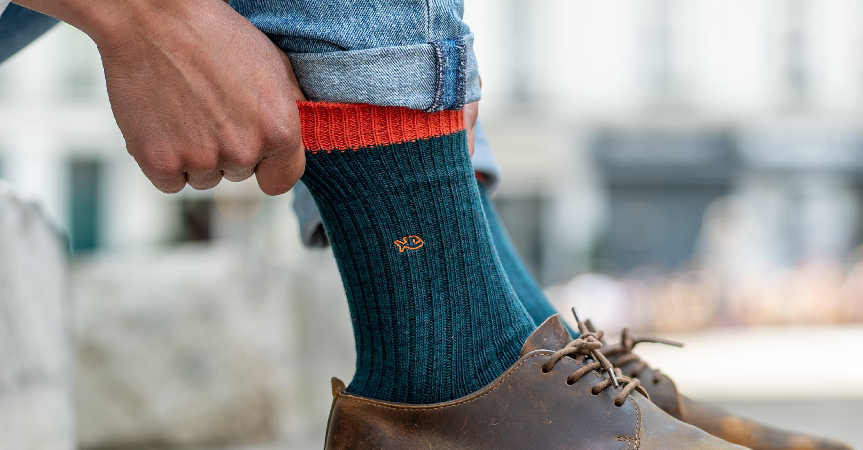 Les chaussettes épaisses pour homme sont des chaussettes qui vous protègent du froid .Tricotées avec du coton chiné (fibres de coton de deux tons) en côtes, elles sont élégantes et très confortables.  Les chaussettes épaisses en coton pour homme sont fabriquées majoritairement avec de la fibre naturelle de coton de grande qualité. Le coton est une matière qui régule la température de vos pieds, qui les protège des frottements et qui réduit également les mauvaises odeurs.   Elles sont agréables à porter en automne ou en hiver avec des chaussures de ville, des chaussures montantes ou des bottines.