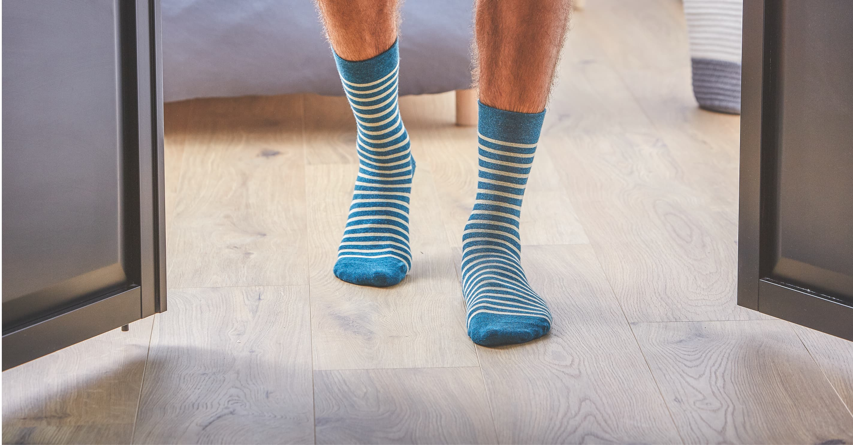 Men's fancy socks can be worn in all seasons. They protect your foot inside your shoes, sneakers or sneakers. The collection of fancy socks features refined designs in subtle colours that combine perfectly with most shoes in fashion today. Made from natural materials, 100% combed cotton, the men's socks are of a quality that is rare on the market. BILLYBELT selects the long cotton fibres to avoid pilling in the long term, and each sock is hand-knitted. The luxury houses usually use this refined methods. This method consists of sewing stitch by stitch so that the seams are imperceptible to the touch.