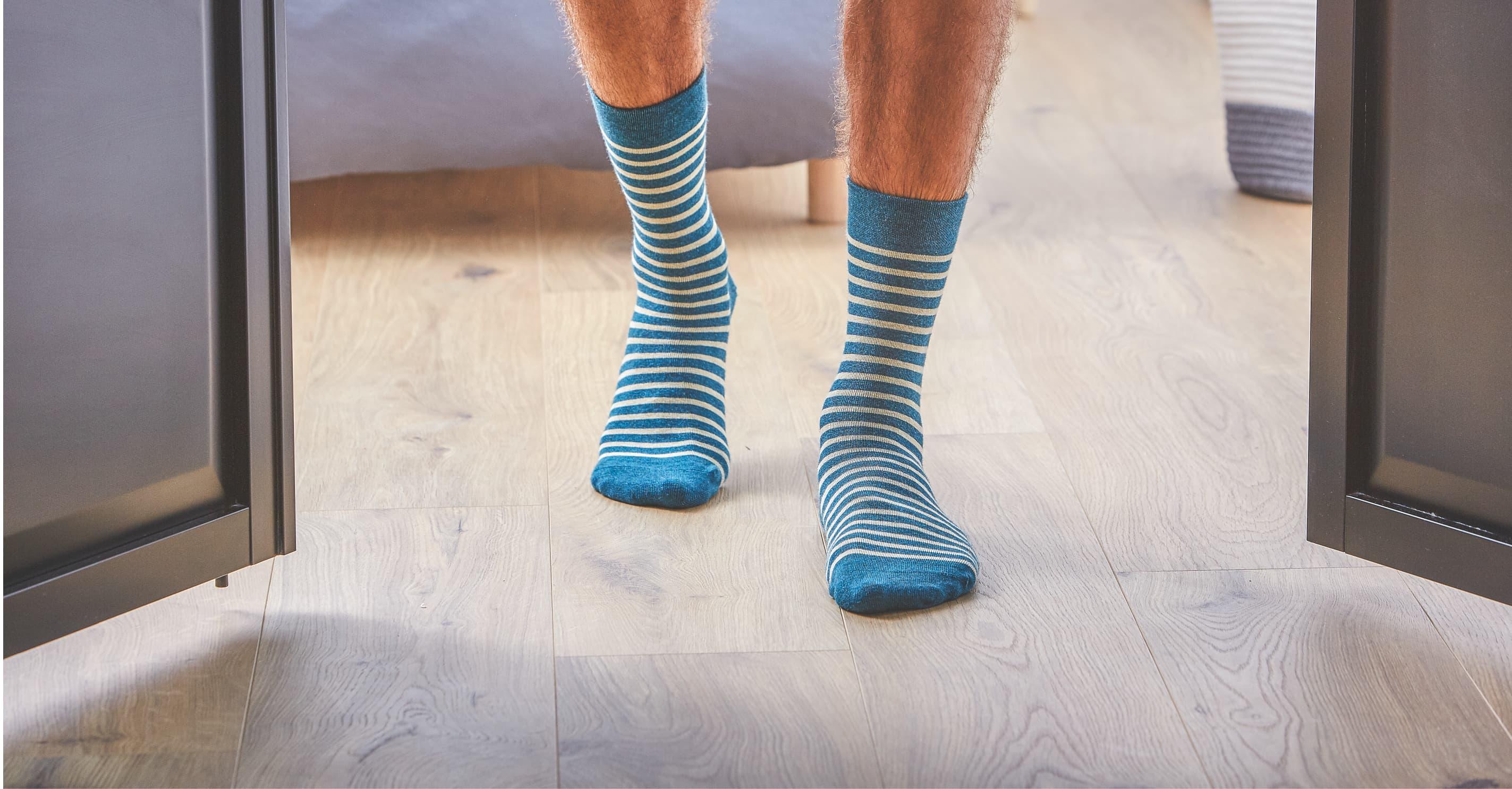 Les chaussettes fantaisies pour hommes peuvent être portées en toutes saisons. Elle protège votre pied à l'intérieur de vos chaussures, de vos baskets ou de vos sneakers.  La collection de chaussettes fantaisies apporte des motifs raffinés, aux couleurs subtiles et qui s'associent parfaitement à la plupart des chaussures actuellement en vogue.   Confectionnées avec des matières naturelles,  du coton 100 % peigné, les chaussettes homme sont d'une qualité rare sur le marché. En plus de sélectionner les longues fibres de coton pour éviter le boulochage à long terme, chaque chaussette est remaillée à la main. Une méthode des plus raffinées habituellement utilisée par les maisons de luxe. Le remaillage à la main consiste à reprendre maille par maille afin que les coutures soient imperceptibles au toucher.  Cette technique pointilleuse garantit l'absence de bourrelet pouvant se révéler gênants et irritants à moyen terme.