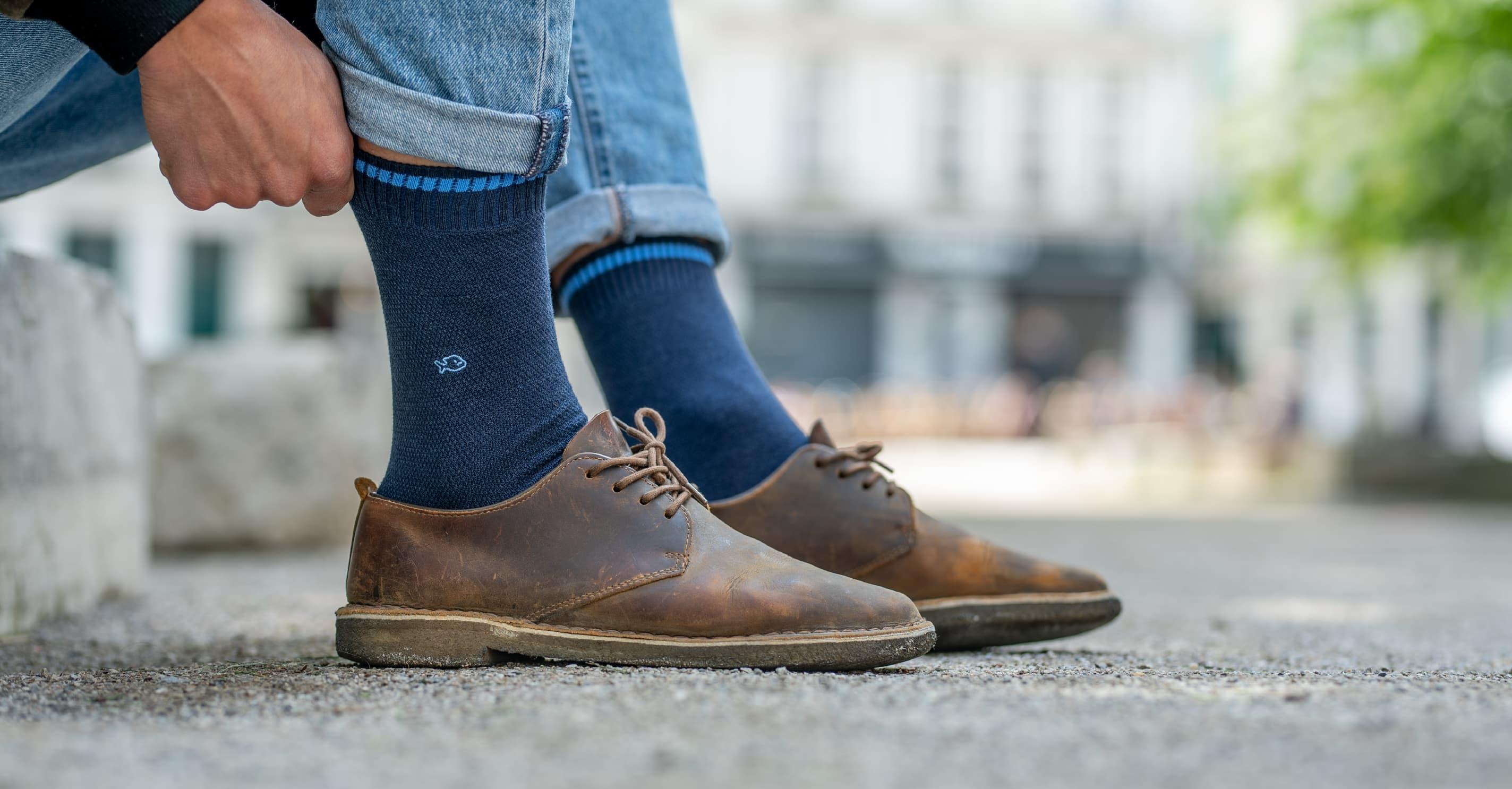Les chaussettes en maille piquée pour homme sont des chaussettes bien différent des chaussettes classiques. Le tricotage du coton en losange donne du relief et des détails particulièrement soignés. C'est une méthode également utilisée dans la confection des polos. Infroissables, très souples et extensibles les chaussettes en maille piquée sont idéales au quotidien. Les chaussettes pour homme en maille piquée sont en coton peigné ce qui permet de réguler la transpiration et de minimiser les mauvaises odeurs. De couleurs foncées ou claires, avec des teintes sobres ou vives, ces chaussettes peuvent s'associer avec tous vos styles.