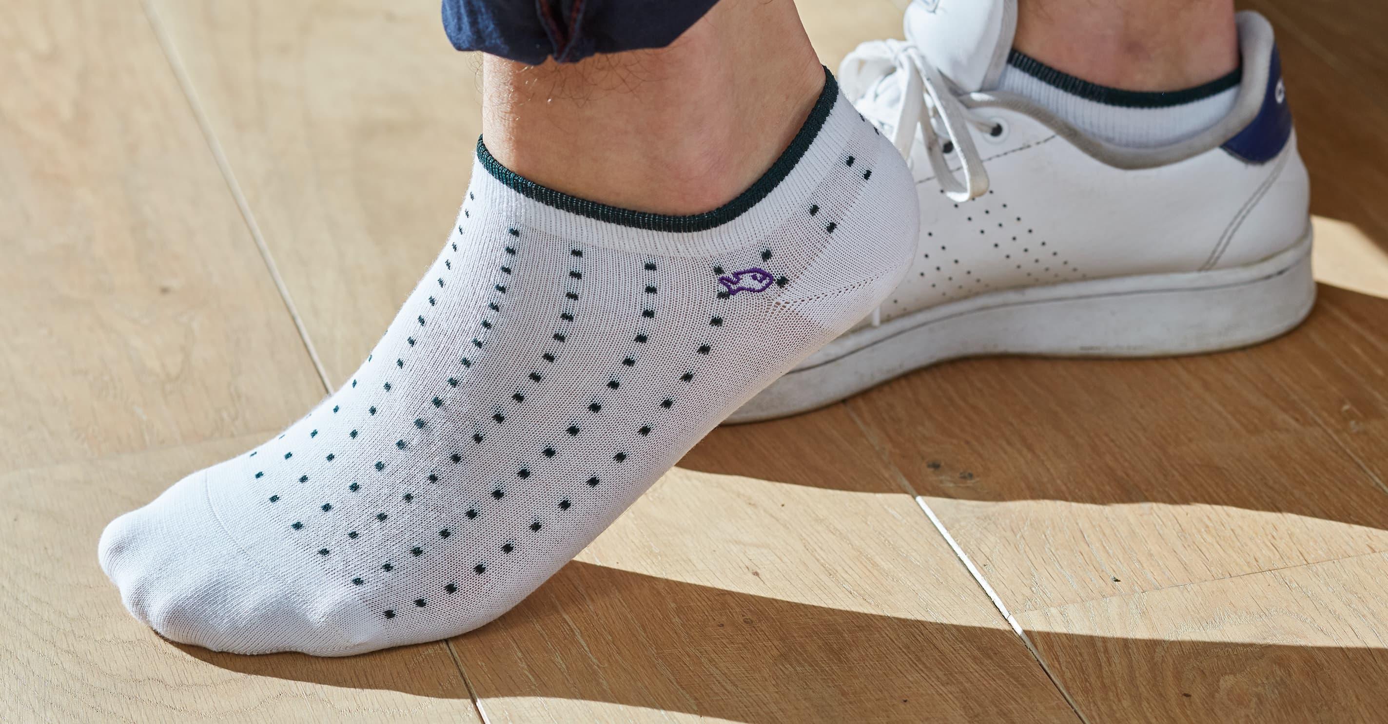 Les socquettes homme sont idéales au printemps, en été et pour votre sport. Les socquettes sont chaussettes courtes dont les bordures se placent au niveau de vos chevilles. Elles se portent à l'intérieur de vos chaussures de ville, de vos sneakers ou de vos baskets.   Confectionnées avec des matières naturelles, du coton 100 % peigné, les socquettes homme de notre collection sont d'excellente qualité. Fabriquées à partir des longues fibres de coton, les socquettes sont préservées du boulochage et de leur usure trop rapide. La qualité de notre coton permet aussi de réduire la transpiration et les mauvaises odeurs. De plus, chaque socquette est remaillée à la main. Une méthode des plus raffinées habituellement utilisée par les maisons de luxe. Le remaillage à la main consiste à reprendre maille par maille les coutures des socquettes afin qu'elles soient imperceptibles au toucher.